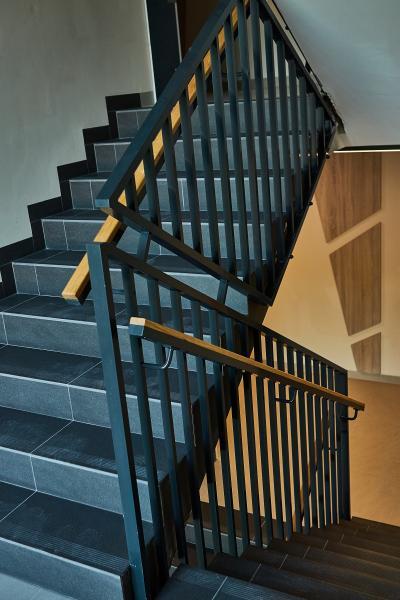 Balustrady klatek schodowych spawane z wypelnieniem pionowym 2