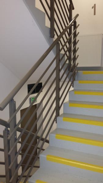 Balustrady klatek schodowych z rurkami poziomymi