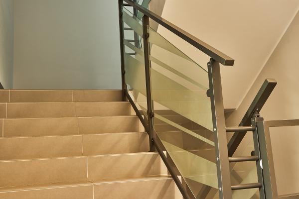 Balustrady klatek schodowych z szyba 2
