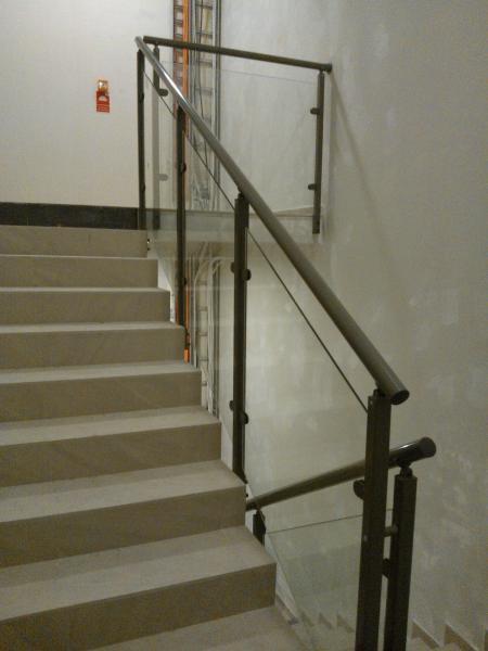 Balustrady klatek schodowych z szyba 3